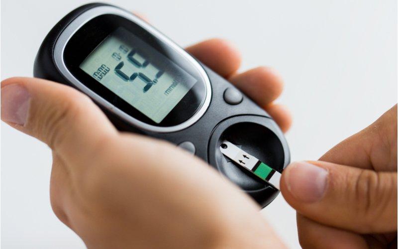 Použití testovacího proužku v glukometru