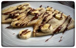 Tři palačinky s banánem polité čokoládou