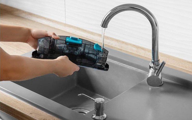 Mytí vysavače pod tekoucí vodou
