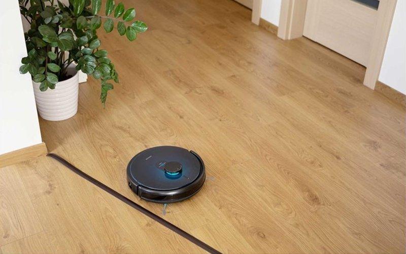 Robotický vysavač na podlaze