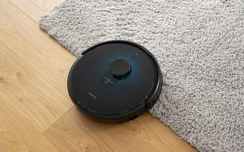 Robotický vysavač na podlaze a na koberci