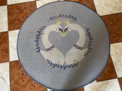 Kulatý modrý koberec se dvěma labutěmi