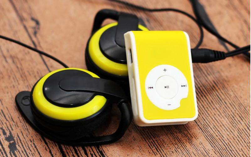 Maličký MP3 přehrávač s úchytem na stolku