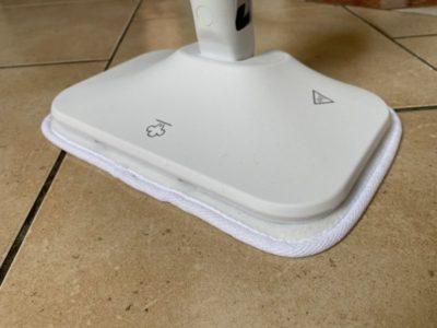 Parní čistič čistí podlahu