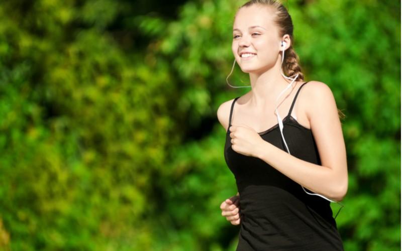 sportovkyně poslouchá hudbu přes mp3 / mp4 přehrávač při sportu
