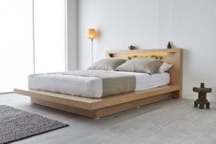 dřevěná postel s novou matrací