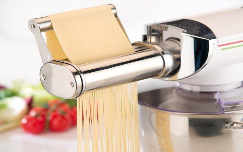 Výrobce domácích nudlí pomocí kuchyňského robota