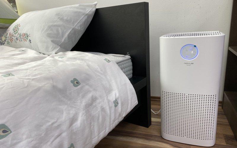 Čistička vzduchu vedle postele