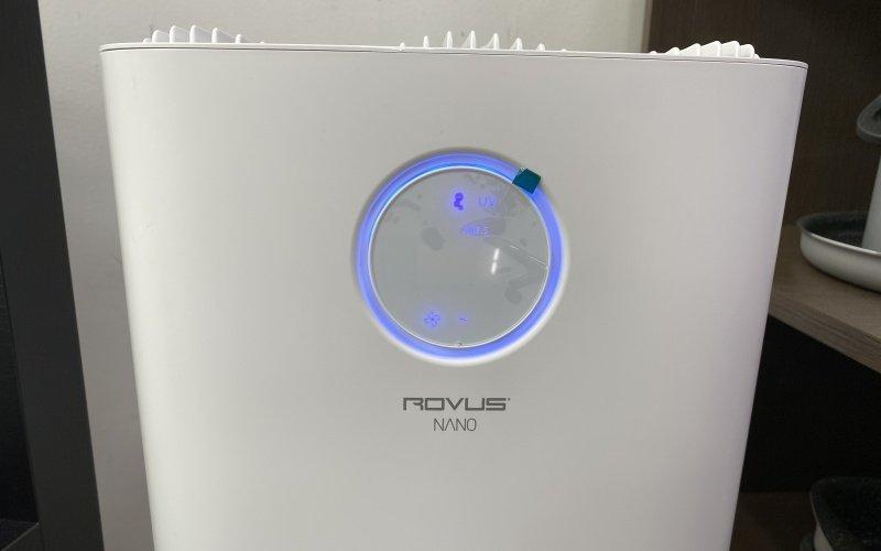 Displej čističky vzduchu svítící modře