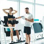 žena cvičí břicho s trenérem